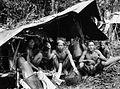 COLLECTIE TROPENMUSEUM Dajaks onder een afdak tijdens een bivak Borneo TMnr 10005597.jpg