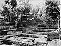 COLLECTIE TROPENMUSEUM De ingang van het graf van Sultan Agung op de begraafplaats Imogiri TMnr 60004750.jpg