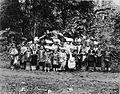COLLECTIE TROPENMUSEUM Een groep Minangkabause vrouwen meisjes en jongens in adatkleding afkomstig uit Batipoe di Bawa in de omgeving van Padang Padjang Sumatra`s Westkust TMnr 60003597.jpg