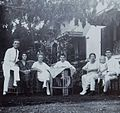 COLLECTIE TROPENMUSEUM Groepsportret tijdens het theedrinken in de tuin Soerabaja TMnr 60053718.jpg