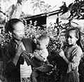 COLLECTIE TROPENMUSEUM Groepsportret van een moeder met kind en een meisje TMnr 20000017.jpg