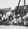 COLLECTIE TROPENMUSEUM Groepsportret van kinderen uit de visserswijk TMnr 20000048.jpg
