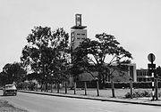 COLLECTIE TROPENMUSEUM Straatgezicht in Nairobi met het Keniaans Parlementsgebouw de Nairobi Parliament Building TMnr 20014407