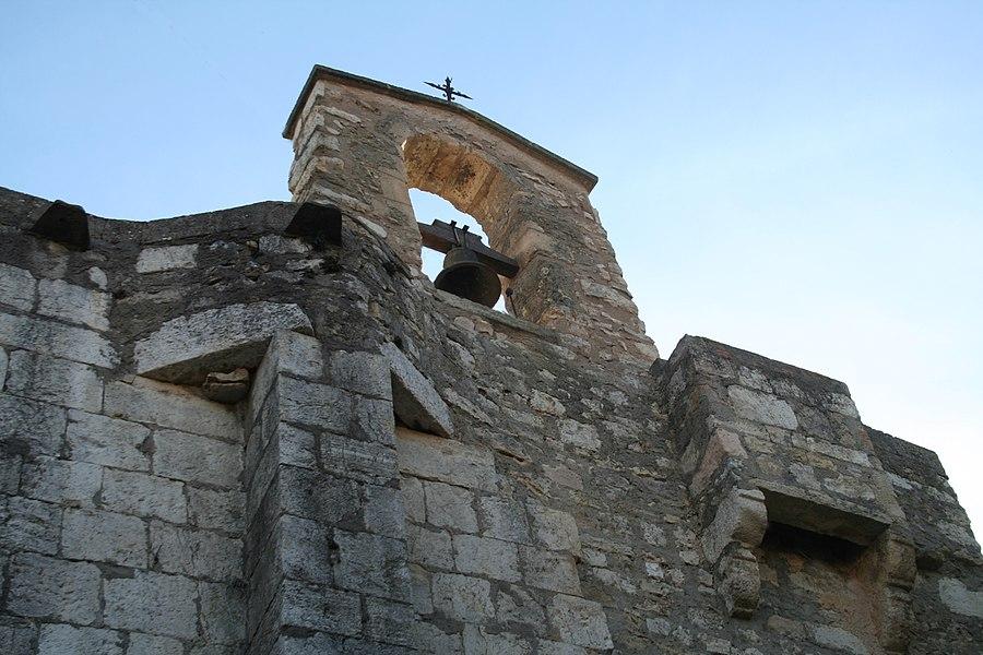 Aumelas (Hérault) - hameau de Cabrials - clocheton de l'église St-Pierre-et-St-Paul (XIIe-XVIIIe siècles). Style roman.