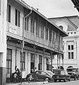 Collectie NMvWereldculturen, TM-20000885, Negatief, 'Straatgezicht in de Jalan Kali Besar Timur met op de achtergrond het gebouw van de Bank Indonesia', fotograaf Boy Lawson, 1971.jpg