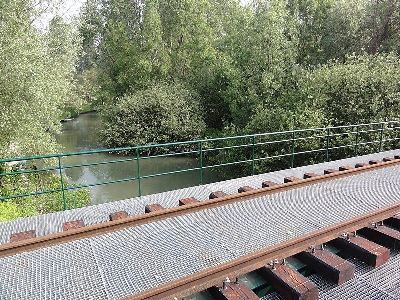 Condé-sur-Suippe (Aisne) La Suippe et pont du chemin de fer