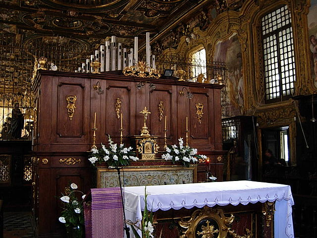 Choeur des nonnes et orgue de l'église.