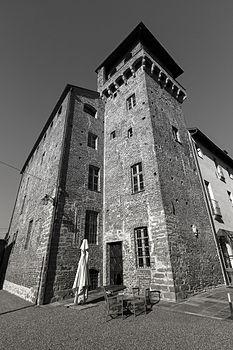 Cortile interno Castello la Rocchetta.jpg