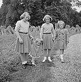 De prinsessen Beatrix, Irene, Margriet en Christina wandelen in het park van het, Bestanddeelnr 255-7522.jpg