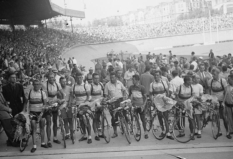 File:Dutch team at Parc des Princes, Tour de France 1952 (1).jpg