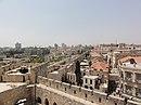 Vista de Jerusalén desde la Torre de David en Israel: la pared entre la nueva (izquierda) y la antigua ciudad (derecha) de Jerusalén