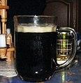 Ein frisch gezapftes Schwarzbier.jpg