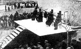 Fotografía del cadalso de los cuatro ajusticiados por garrote vil.
