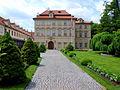 Fürstenberský palác z cesty.JPG