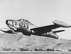 Un F-84E Thunderjet, appartenente all'USAF, in decollo.