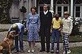 Fotosessie Koninklijke Familie op Huis ten Bosch het gehele gezin in de tuin, Bestanddeelnr 253-8765.jpg