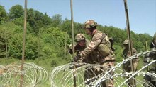Fichier:French Engineers construct wire obstacle.webm