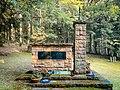 Frontansicht des Denkmals am Russischen Kriegsgefangenenfriedhof des ehemaligen Stammlagers IX-B.jpg