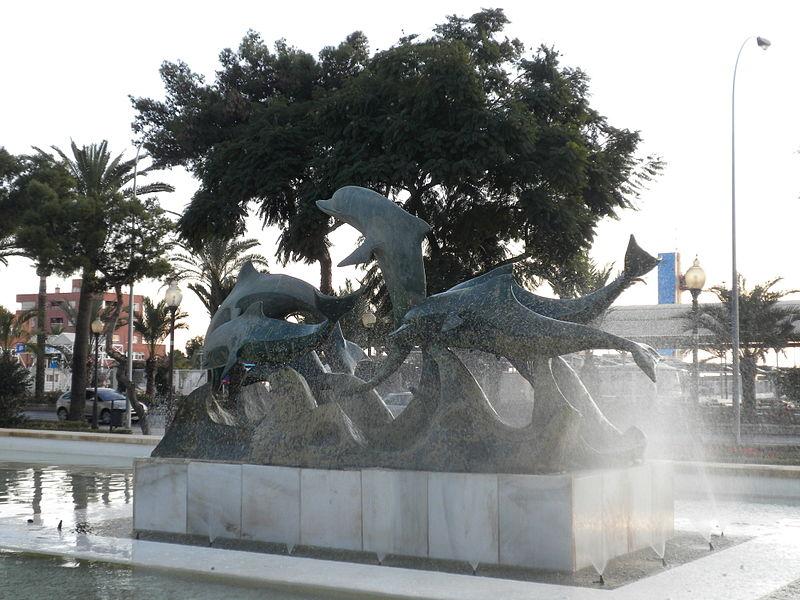 https://upload.wikimedia.org/wikipedia/commons/thumb/b/bd/Fuente_de_los_Delfines_(6489506903).jpg/800px-Fuente_de_los_Delfines_(6489506903).jpg