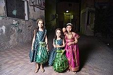 45ea46ef38950 أطفال في أحد القرى يرتدون الزي التقليدي، يحملون أكياس قماشية تسمى الخريطة  لجمع الحلوى.