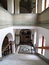 Fil:Gbg universitet adm entrehall trappa.jpg
