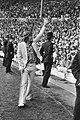 Geblesseerde Ruud Krol, met stok, zwaait voor de wedstrijd de Amsterdamse suppor, Bestanddeelnr 924-6095.jpg