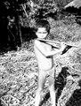 Gosse blåser flöjt. (Anm. av H. Wassén, Enligt uppgift inhämtad 1934 var pojkens namn Siledio) - SMVK - 004070.tif
