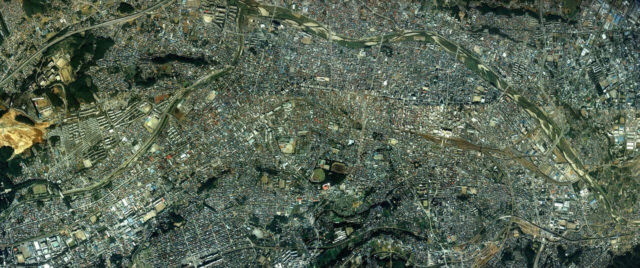 https://upload.wikimedia.org/wikipedia/commons/thumb/b/bd/Hachioji_city_center_area_Aerial_photograph.1989.jpg/1280px-Hachioji_city_center_area_Aerial_photograph.1989.jpg