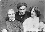 Harry Houdini with his wife Beatrice and mother Cecilia Steiner Weiss, 3c12416u.jpg