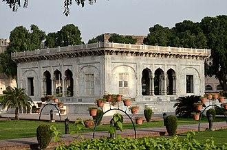 Hazuri Bagh Baradari - Image: Hazuri Bagh and corner of Baradari