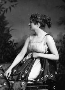 An actress, possibly Mary Anderson, in the title role of the play Hypatia, c. 1900. Similarities between this image and the Gaspard portrait at right indicate this one may have served as a model for the Gaspard.[225]