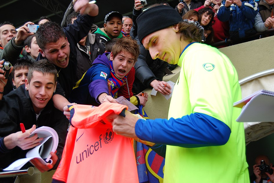 Ibrahimovic firmando una camiseta del FC Barcelona