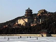 Il Palazzo d'Estate a Pechino, con il lago Kunming utilizzato come pista da pattinaggio, il complesso fa parte di un parco, uno dei più belli della capitale cinese