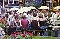 Ihmisiä istuskelemassa Forumin liikekeskuksen sisäpihalla olevan kahvilan pöydissä - G29854 - hkm.HKMS000005-km0000oa25.jpg