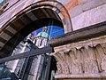 Il Duomo incorniciato dalle pietre policrome del Broletto.jpg
