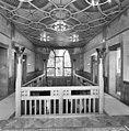 Interieur, hal op verdieping met glas in loodraam (Sint Hubertus) - Molenhoek - 20002578 - RCE.jpg