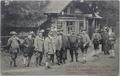 Jagdgesellschaft mit dem Prinzregenten Luitpold (vorne, vierter von links) und Leo Dorn (ganz rechts außen) vor dem Jagdhaus Schrattenberg bei Hinterstein.png
