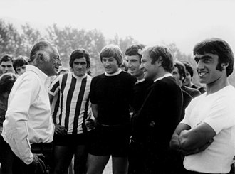 Gianni Agnelli - From left to right: Gianni Agnelli, investor and former chairman of Juventus, talks with some squad's footballers — Cuccureddu, Marchetti, Zoff, Altafini and Anastasi — in the summer of 1972.