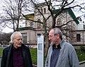 Künstler Timm Ulrichs und Künstlerbedarfshändler Bernhard Scholz von Artservice + Tube, hier vor der Villa Simon am Königsworther Platz in Hannover.JPG