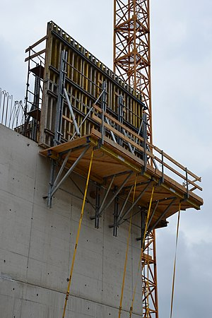 Climbing formwork - Crane-Climbing formwork: The working platform and the formwork are a unit
