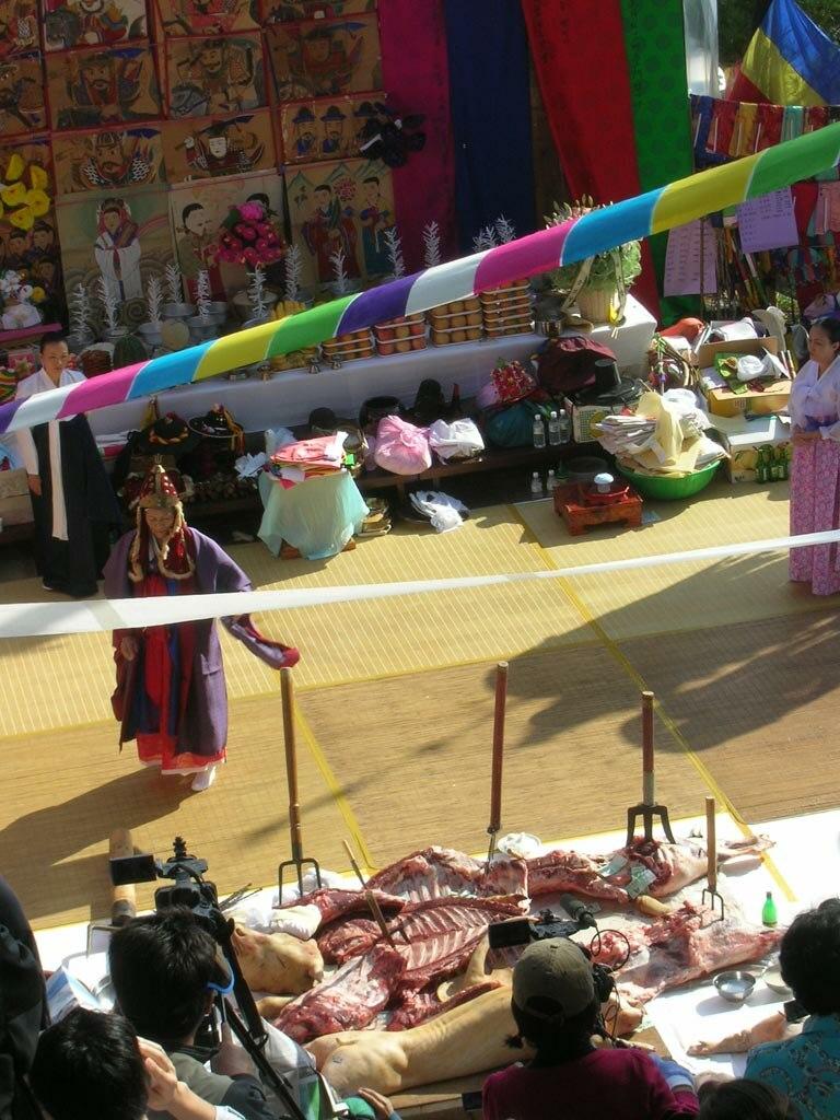 Korea-Mudang performing gut-01