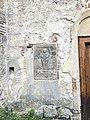 Kostel Všech svatých ve Stvolínkách - malý renesanční náhrobek na východním průčelí.jpg