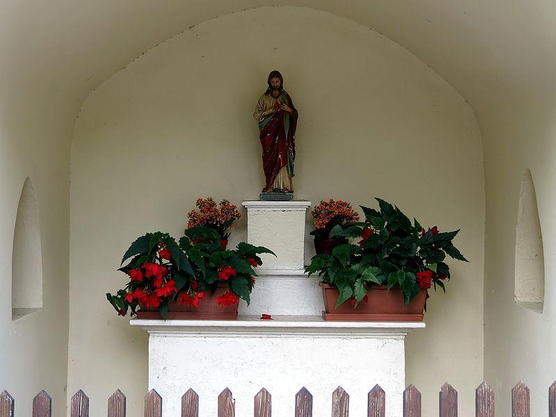 D'Häerz-Jesu-Statu an der Weekapell zu Krautem an der Beetebuergerstroos.