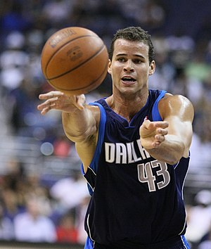 English: Kris Humphries playing with the Dalla...