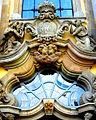 Krzeszów, nad głównym wejściem do bazyliki - symbol Stolicy Apostolskiej - klucze św. Piotra, przysługujący kościołom wyniesionym do godności Bazyliki Mniejszej(Aw58).JPG