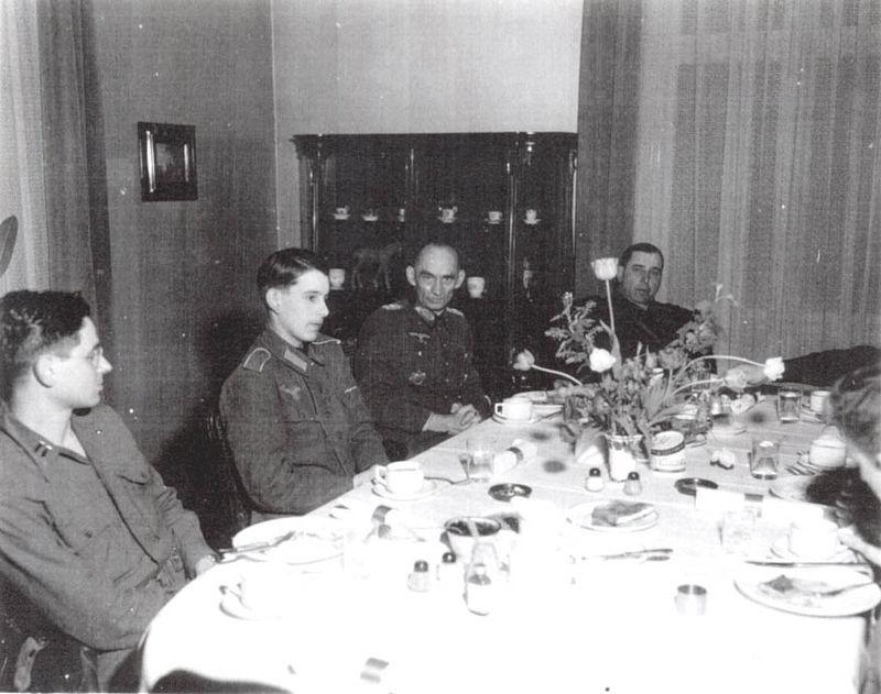 Leland Hobbs 800px-Kurt_Dittmar%2C_his_son_Berend_and_MG_Leland_S._Hobbs_in_April_25_1945_in_Magdeburg