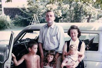Kurt Vonnegut - Vonnegut with his wife Jane, and children (from left to right): Mark, Edith and Nanette, in 1955