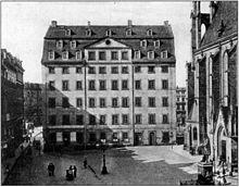 Fotografie der Thomasschule in Leipzig von 1896. Bachs Familie wohnte im linken Drittel des Hauses (Quelle: Wikimedia)