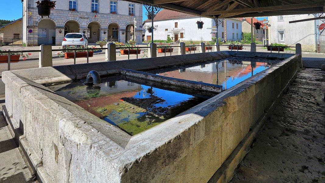 Le lavoir en face de la mairie