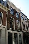 foto van Pand met twee verdiepingen en pannen zadeldak. Verkropte houten kroonlijst